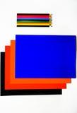 Barwioni kartonowi i barwioni ołówki na białym tle Zdjęcia Royalty Free
