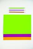 Barwioni kartonowi i barwioni ołówki na białym tle Zdjęcie Royalty Free
