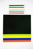 Barwioni kartonowi i barwioni ołówki na białym tle Zdjęcia Stock