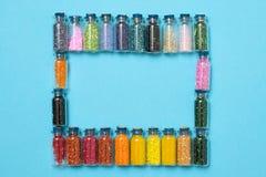 Barwioni koraliki w specjalnych szklanych słojach Kobiety lub dzieciaków hobby zdjęcia stock
