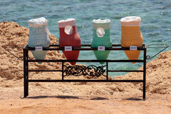 Barwioni kosze dla recyclables przed morzem Zdjęcia Royalty Free