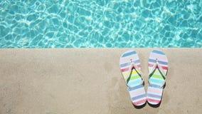 Barwioni lato sandały blisko błękitnego basenu zdjęcie wideo