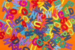 Barwioni listy na pomara?czowym tle fotografia stock