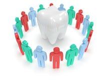 Barwioni ludzie wokoło zębu. 3D odpłacają się. Zdjęcia Stock