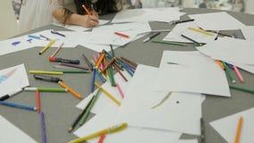 Barwioni markiery na stołach z prześcieradłami papier zbiory