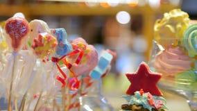 Barwioni marshmallows, lizaki, cukierki i inni cukierki w wazie, zbiory wideo