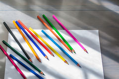 Barwioni ołówki i biały papier Zdjęcie Royalty Free