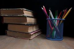 Barwioni ołówki i książki Zdjęcie Royalty Free