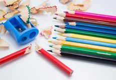 Barwioni ołówki i ostrzarki tło obraz royalty free