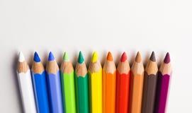Barwioni ołówki kłaść starannie obok each inny wskazywać oddolny fotografia royalty free
