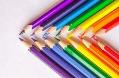 Barwioni ołówki krzyżujący na białym tle Obrazy Royalty Free