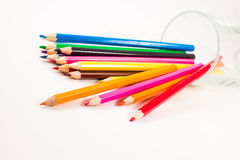 barwioni ołówki na białym tle ilustracja wektor
