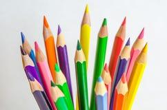 barwioni ołówki na białym tle Zdjęcia Royalty Free