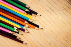 Barwioni ołówki na tle Zdjęcia Royalty Free