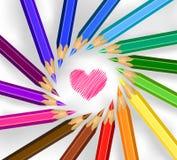Barwioni ołówki w okręgu z sercem fotografia stock