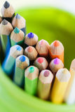 Barwioni ołówki w Zielonym słoju Zdjęcia Royalty Free