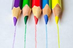 Barwioni ołówki z linia bielu tłem Zdjęcia Royalty Free