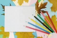 Barwioni ołówki i notepad zdjęcie stock