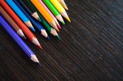 Barwioni ołówki na ciemnym tle Obrazy Stock
