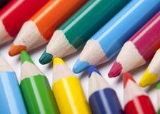 Barwioni ołówki na stole Zdjęcia Royalty Free