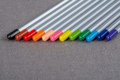 Barwioni ołówki na szarym tle Obrazy Royalty Free