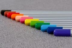 Barwioni ołówki na szarym tle Zdjęcie Stock