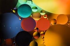 Barwioni okręgi olej w wodzie Makro- abstrakt Zdjęcie Stock