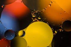 Barwioni okręgi olej w wodzie Makro- abstrakt Zdjęcia Stock