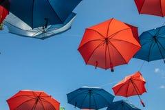 Barwioni parasole na niebieskiego nieba tle zdjęcie stock