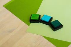 Barwioni pigmentów atramenty dla scrapbooking na drewnianym stole Obrazy Stock
