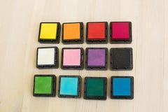 Barwioni pigmentów atramenty dla scrapbooking na drewnianym stole Zdjęcia Royalty Free