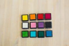 Barwioni pigmentów atramenty dla scrapbooking na drewnianym stole Zdjęcie Stock