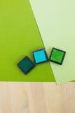 Barwioni pigmentów atramenty dla scrapbooking na drewnianym stole Fotografia Stock