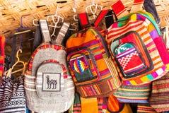 Barwioni plecaki w miejscowym wprowadzać na rynek w San Pedro De Atacama, Chile ostrości strzał selekcyjny strzał obraz stock
