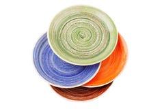 Barwioni round ceramiczni talerze z spirala wzorem na bielu, odosobnionym obrazy royalty free