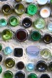 Barwioni Szklani słoje Dekorują Białą betonową ścianę obrazy royalty free