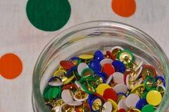 Barwioni thumbtacks w szklanym słoju zdjęcia royalty free