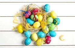 Barwioni Wielkanocni jajka na białym stole Obrazy Royalty Free