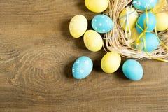 Barwioni Wielkanocni jajka na drewnianym stole Zdjęcia Stock