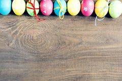 Barwioni Wielkanocni jajka na drewnianym stole Zdjęcia Royalty Free