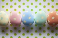 Barwioni Wielkanocni jajka na wzorzystym tle Obrazy Royalty Free
