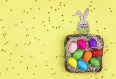 Barwioni Wielkanocni jajka w koszu flatlay fotografia royalty free