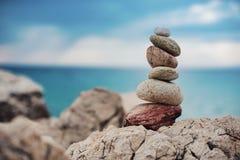 Barwioni zen kamienie przy morzem i morzem obraz royalty free