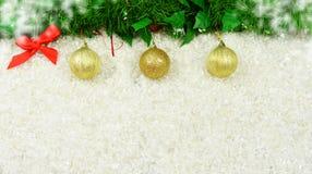 Barwiony świąteczny wystrój bawi się z gałąź choinka Fotografia Stock