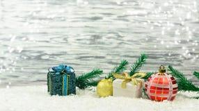 Barwiony świąteczny wystrój bawi się z gałąź choinka Obrazy Royalty Free