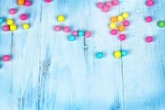Barwiony cukierek w drewnianym stole obraz stock