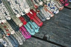 Barwiony dywanik na drewnianych deskach obraz stock