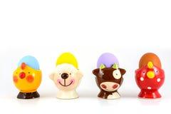 Barwiony Easter jajko w galanteryjnej filiżance Obrazy Stock