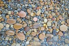 Barwiony gładzi kamienie polerujących Baikal jeziorem zręcznie Zdjęcie Royalty Free
