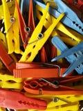 Barwiony klingeryt odziewa klamerki fotografia stock